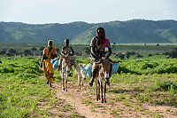 CHAD, Goz Beida, refugee camp Djabal for refugees from Darfur, Sudan / TSCHAD, Goz Beida, Fluechtlingslager Djabal fuer Fluechtlinge aus Darfur, Sudan, Zakia ADAM und ihre Schwester Rashida