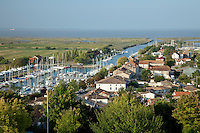 France, Charente-Maritime (17), estuaire de la Gironde, Mortagne-sur-Gironde, vue sur le chenal et le port de plaisance // France, Charente Maritime, estuary of the Gironde, Mortagne sur Gironde, overlooking the channel and marina