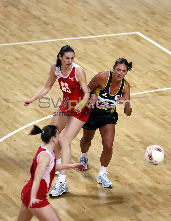 PICTURE BY SIMON WILKINSON/SWPIX.COM -  Netball - International Test - England v South Africa - Manchester Evening News Arena, Manchester, England - 25/01/07...Copyright - Simon Wilkinson - 07811 267706...England's Rachel Dunn and South Africa's Adele Niemand.