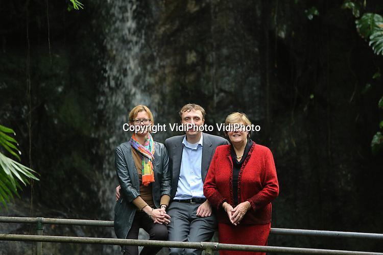 Foto: VidiPhoto..ARNHEM - Directie van Burgers' Zoo in de Bush. Bertine van Hooff-Nusselder (vrouw van directeur Alex van Hooff), Alex van Hooff en Greet van Hooff.