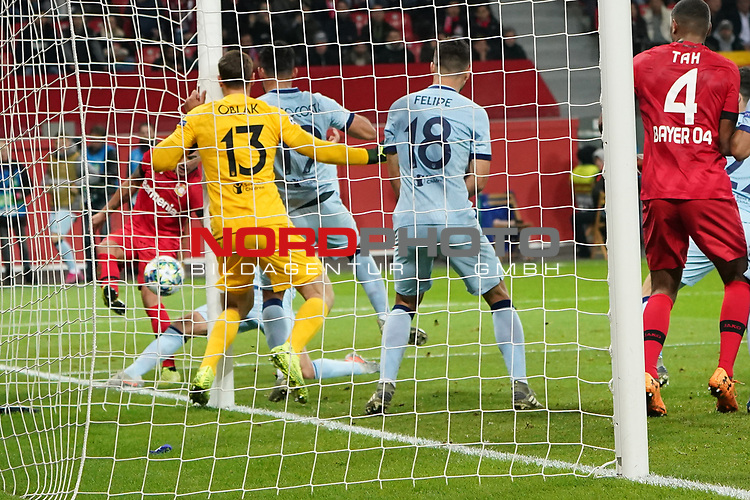 06.11.2019, BayArena, Leverkusen, Championsleague, Vorrunde, 4. Spieltag, GER, UEFA  CL, Bayer 04 Leverkusen (GER) vs. Atletiko Madrid (ESP),<br />  <br /> UEFA regulations prohibit any use of photographs as image sequences and/or quasi-video<br /> <br /> im Bild / picture shows: <br /> Charles Aránguiz (Leverkusen #20), schiesste den Ball auf Thomas (Atletico Madrid #5), <br /> <br /> Foto © nordphoto / Meuter<br /> <br /> <br /> <br /> Foto © nordphoto / Meuter