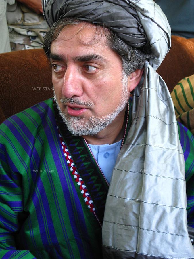 AFGHANISTAN - PROVINCE DE SAMANGAN - AYBAK - 5/08/2009 : Rassemblement de population, en majorite Ouzbek, venue ecouter et soutenir le Dr. Abdullah Abdullah, candidat aux elections presidentielles afghanes de 2009. .Portrait du Dr. Abdullah Abdullah coiffe d'un turban traditionnel, le loungui, et vetu du Tchapan (le manteau traditionnel afghan)...AFGHANISTAN - SAMANGAN PROVINCE - AYBAK - 5/08/2009 : At a rally where mostly ethnic Uzbeks have gathered in support of Dr. Abdullah Abdullah, candidate in the 2009 Afghan presidential elections..Portrait of Dr. Abdullah Abdullah wearing a traditional Afghan turban, or loungui, and jacket, called a Tchapan.