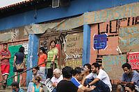 SÃO PAULO,SP, 13.11.2015 - PROTESTO-ESTUDANTES - Professores se reunem em frente a Escola Estadual Presidente Salvador Allende Gossens no bairro José Bonifácio, na zona leste de São Paulo, em ato contra o fechamento de escolas e o plano de reestruturação do ensino proposto pelo governo Geraldo Alckmin (PSDB) para 2016, nesta sexta-feira, 13. (Foto: Marcos Moraes/Brazil Photo Press)