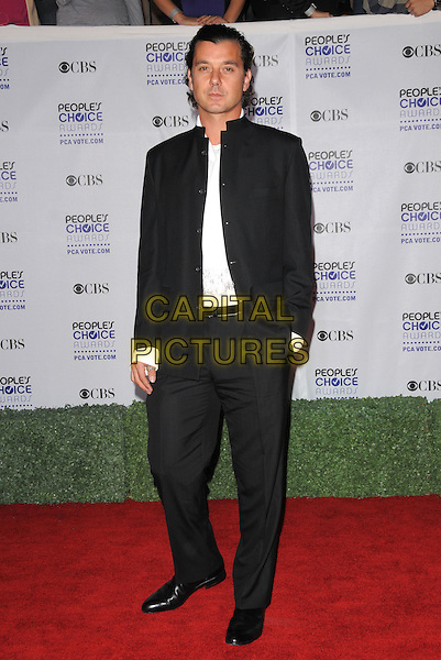 GAVIN ROSSDALE .Arrivals at the 35th Annual People's Choice Awards held at The Shrine Auditorium in Los Angeles, California, USA..January 7th, 2009.full length black suit hand in pocket .CAP/DVS.©Debbie VanStory/Capital Pictures.