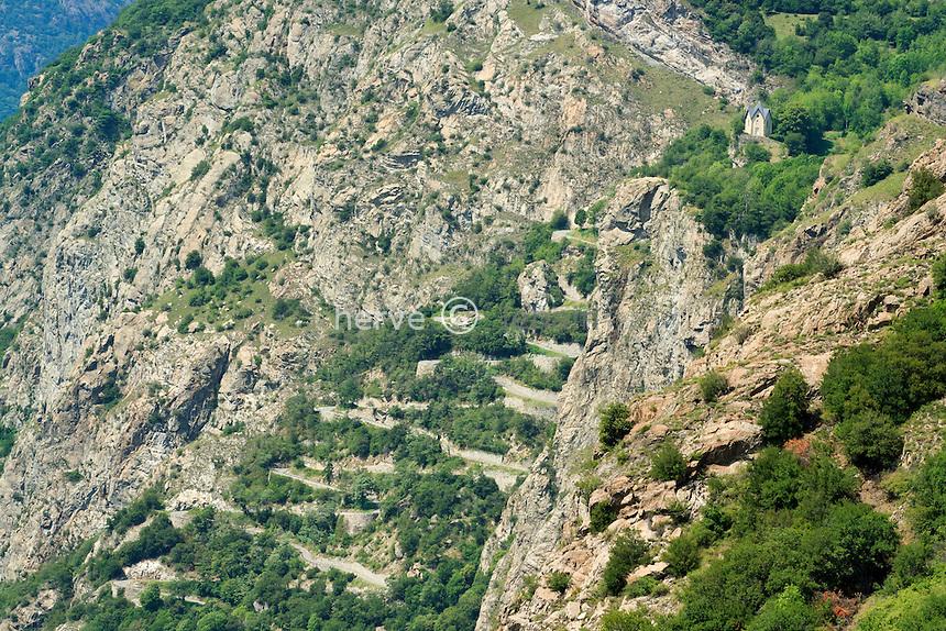 France, Savoie (73), Montvernier, la route en lacets monte vers la chapelle de la Balme, vu depuis le Châtel // France, Savoie, Montvernier, the road in laces rises towards the chapel of Balme, seen since Chatel