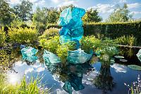 """France, Domaine de Chaumont-sur-Loire, Festival International des Jardins 2018 """"Jardins de la pensée"""", """"Blue Polyvitro Crystals"""" sculptures de verre coloré de Dale Chihuly"""