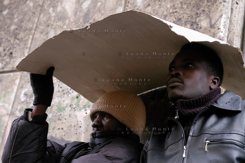 Profughi di guerra e richiedenti asilo politico sudanesi, somali ed eritrei, durante lo sgombero dello stabile occupato in via Lecco. Milano, 27 dicembre, 2005<br />
