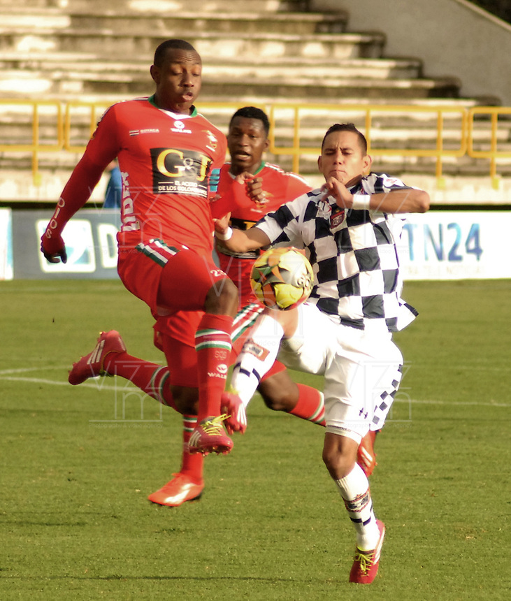 TUNJA -COLOMBIA, 01-03-2014. Gonzalo Martinez (Izq) de Patriotas FC disputa el balón con Armando Carrillo (der) del Boyacá Chicó FC durante partido válido por la fecha 9 de la Liga Postobón I 2014 realizado en el estadio La Independencia en Tunja./ Gonzalo Martinez (L) of Patriotas FC struggles the ball with Armando Carrillo (R) of Boyaca Chico FC during match valid for the 9th date of Postobon  League I 2014 at La Libertad stadium in Tunja. Photo: VizzorImage/Jose Miguel Palencia/STR