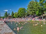 Mrągowo 2019-08-23. Letni wypoczynek na plaży miejskiej w Mrągowie mieście w województwie warmińsko-mazurskim, popularnym ośrodku wypoczynkowym na Mazurach.