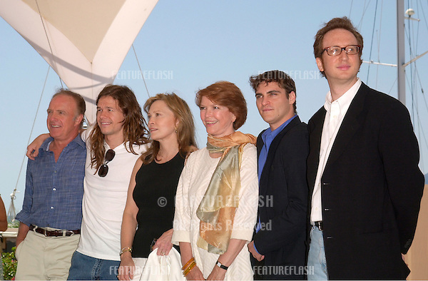 20MAY2000: LtoR: JAMES CAAN, MARC WAHLBERG, FAYE DUNAWAY, ELLEN BURSTYN, JOAQUIN PHOENIX & director JAMES GRAY at the Cannes Film Festival to promote their new movie The Yards.