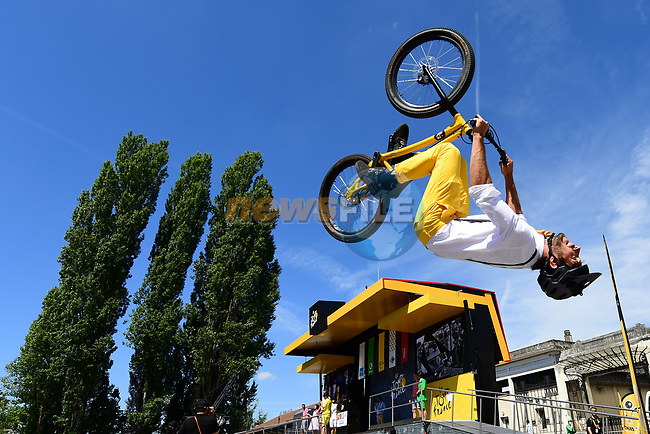 Entertainment at sign on before the start of Stage 5 of the 104th edition of the Tour de France 2017, running 160.5km from Vittel to La Planche des Belles Filles, France. 5th July 2017.<br /> Picture: ASO/Alex Broadway | Cyclefile<br /> <br /> <br /> All photos usage must carry mandatory copyright credit (&copy; Cyclefile | ASO/Alex Broadway)