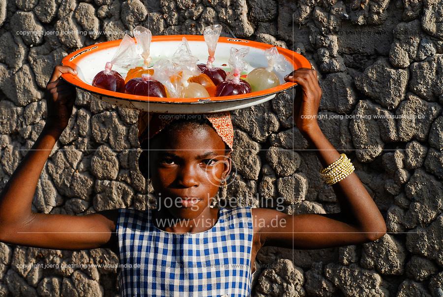 MALI, village Faragouaran , girl sells lemonade in plastic bags on the market / Markt im Dorf Faragouaran, Maedchen verkauft Lemonade in Plastiktueten auf dem Markt um Einkommen zu erzielen