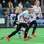 AMSTELVEEN - Eva de Goede (A'dam) met Kari Stam (Pin)   tijdens de hoofdklasse competitiewedstrijd dames, Pinoke-Amsterdam (3-4). COPYRIGHT KOEN SUYK
