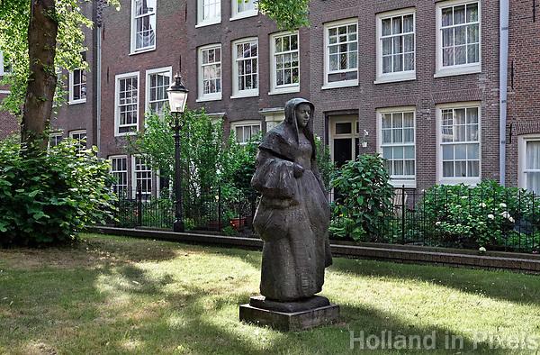 Nederland Amsterdam   2018. Beeld van een Begijntje in het Begijnhof in Amsterdam. Foto Berlinda van Dam / Hollandse Hoogte