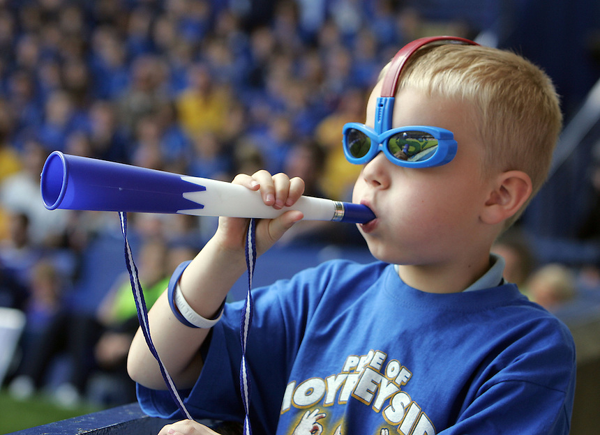 A young Everton fan suports his team<br /> <br /> Barclays Premiership - Everton v Portsmouth - Sat 05 May 2007 - Goodison Park - Liverpool<br /> <br /> &copy; CameraSport - 43 Linden Ave. Countesthorpe. Leicester. England. LE8 5PG - Tel: +44 (0) 116 277 4147 - admin@camerasport.com - www.camerasport.com