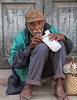 Having a snack on the street, Centro Habana