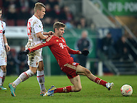 FUSSBALL  DFB-POKAL  ACHTELFINALE  SAISON 2012/2013    FC Augsburg - FC Bayern Muenchen        18.12.2012 Matthias Ostrzolek (li, FC Augsburg) gegen Thomas Mueller (FC Bayern Muenchen)