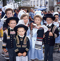 France, Brittany, Département Finistère, Pont-Aven: Group of children in Festival costumes | Frankreich, Bretagne, Département Finistère, Pont-Aven: Kinder in traditioneller Tracht