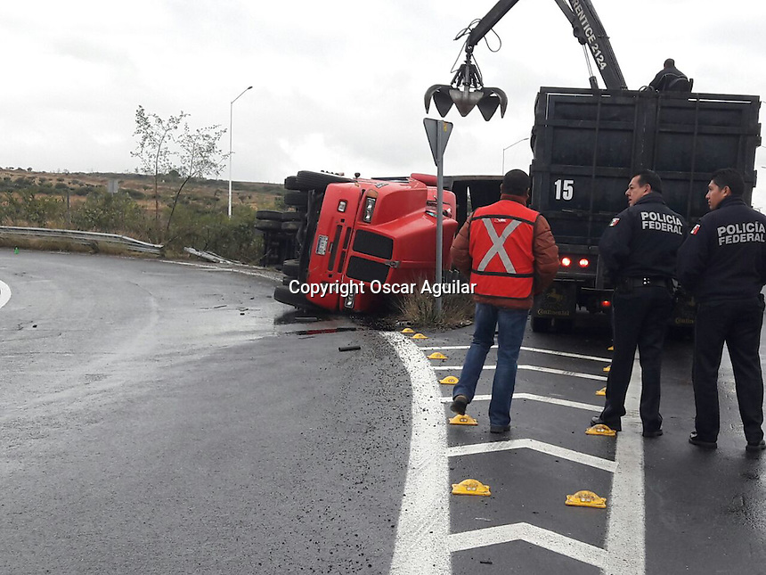 Un tráiler cargado con 60 toneladas de chatarra volcó en la incorporación del anillo Vial Fray Junípero Serra y el libramiento surponiente.