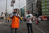 SÃO PAULO, SP, 24.10.2014 - ELEIÇÕES 2014/ PROTESTO CONTRA A REVISTA VEJA E A REDE GLOBO - Um pequeno grupo de militantes pró-Dilma realizam protesto contra a publicação da revista Veja e o debate da Rede Globo em frente a estação Faria Lima. De acordo com a publicação da revista, o doleiro Alberto Youssef afirma que a presidente Dilma Rousseff e o ex- presidente Lula sabiam do esquema de corrupção da Petrobras, na tarde desta sexta-feira (24), em São Paulo.(Foto: Taba Benedicto/ Brazil Photo Press)