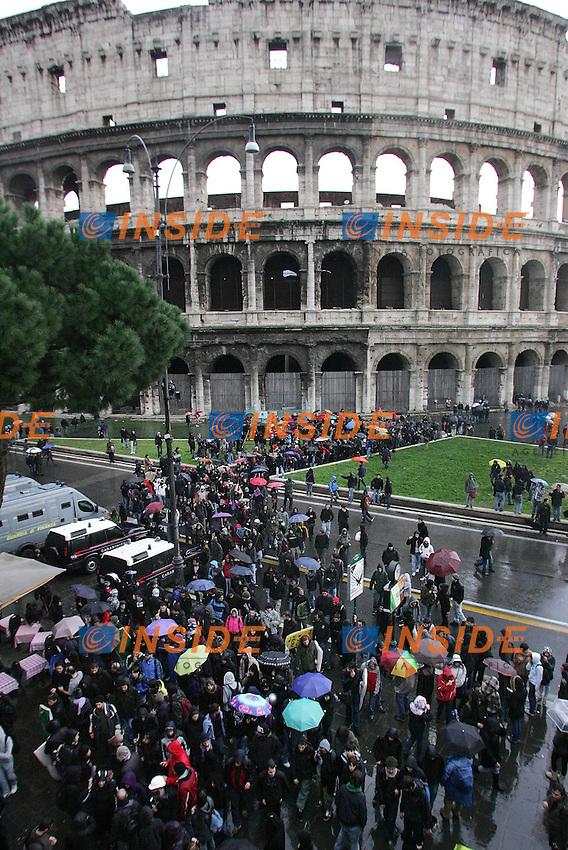Gli studenti fuori dal Colosseo...Manifestazione di protesta degli studenti contro il ddl Gelmini sulla riforma delle Scuole e  delle Universita'...Roma, 25 Novembre 2010...Photo  Serena Cremaschi Insidefoto..........