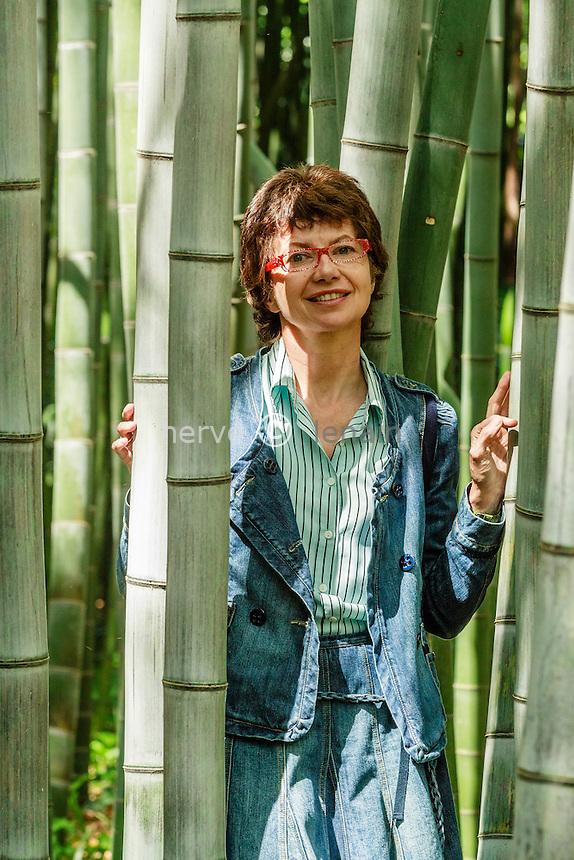 France, Gard, Générargues, LA BAMBOUSERAIE : Muriel Nègre, présidente et propriétaire de la Bambouseraie au milieu des bambous géants ( ici Phyllostachys boryana & pubescent).