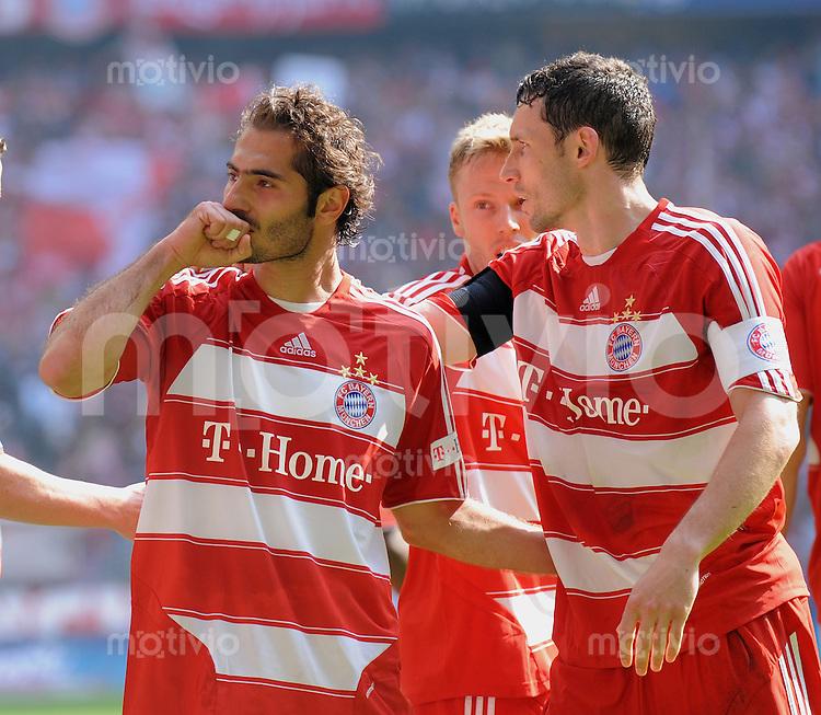 FUSSBALL   1. BUNDESLIGA   SAISON 2008/2009   30. SPIELTAG  02.05.2009 FC Bayern Muenchen  - Borussia Moenchengladbach         JUBEL FCB, Torschuetze zum 1-2 Hamit Altintop (li) umarmt von Mark van Bommel