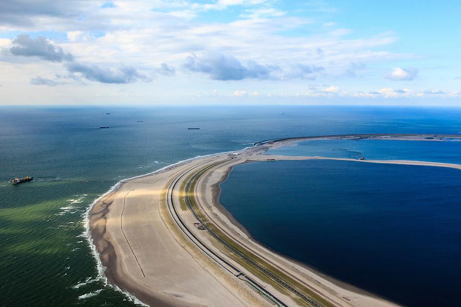 Nederland, Zuid-Holland, Rotterdam,  15-07-2012; Aanleg Maasvlakte 2. Contouren van de nieuwe havenbassins en kades. Links in de voorgrond de zogenaamde zachte zeewering bestaande uit opgespoten duinen beplant met helm. De cirkel boven in beeld is de harde zeewering van basaltblokken.Aan de horizon de bestaande Maasvlakte. .Expansion of the Port of Rotterdam, the second Maasvlakte. The contours of the new harbor basins with quays and the so-called soft seawall, artificial dunes with haram grass..luchtfoto (toeslag); aerial photo (additional fee required); .foto Siebe Swart / photo Siebe Swart