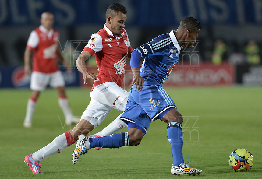 BOGOTÁ -COLOMBIA, 31-08-2014. Alex Diaz (Der) jugador de Millonarios disputa el balón con Sergio Otalvaro (Izq) jugador de Independiente Santa Fe durante partido por la fecha 7 de la Liga Postobón II 2014 jugado en el estadio Nemesio Camacho el Campín de la ciudad de Bogotá./ Alex Diaz (R) player of Millonarios fights for the ball with Sergio Otalvaro (L) player of Independiente Santa Fe during the match for the 7th date of the Postobon League II 2014 played at Nemesio Camacho El Campin stadium in Bogotá city. Photo: VizzorImage/ Gabriel Aponte / Staff