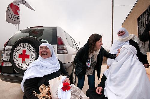 Plateau du Golan, dans la zone tampon entre la Syrie et Israel, Jan 2011. Dans le cadre de la reunification familiale facilitee par le CICR (Comite International de la Croix Rouge), un mariage a lieu entre une Syrienne et un  Israelien de la comunaute druze, qui est separee des deux cotes de la frontiere. Pour les soeurs Salim et Sukarieh c'est l'occasion, le temps d'une petite heure, de se revoir pour la premiere fois depuis qu'Israel a annexe le Golan en 1981 (annexion non reconnue a ce jour par l'ONU, separant la comunaute Druze des deux cotes de la frontiere. Seul le CICR est habilite a coordoner ce genre de reunion, car la frontiere est fermee pour les civils.