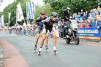 INLINESKATEN: HALLUM: 19-08-2017, Bartlehiem Skeelertocht, Bart Swings en winnaar Crispijn Ariëns, ©foto Martin de Jong