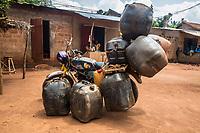 motocicletta carica di bidoni di benzina gonfiati per contenere più carburante Traffico illegale benzina dalla Nigeria al Benin Trasporto con motociclette e bidoni gonfiati