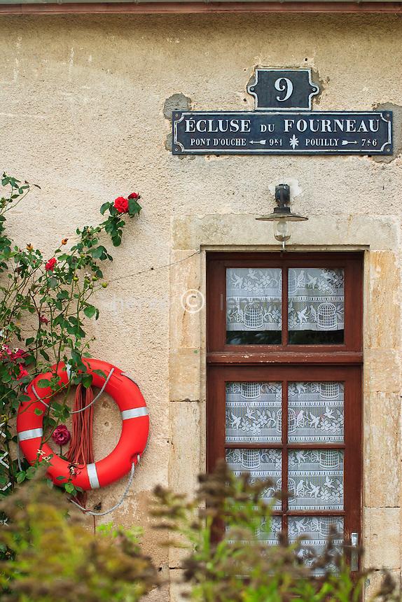 France, Côte-d'Or (21), Vandenesse-en-Auxois, maison éclusière de l'écluse du Fourneau sur le canal de Bourgogne // France, Cote d'Or, Vandenesse en Auxois, house lock keeper of the lock of Fourneau on the Canal de Bourgogne (canal of Burgundy)
