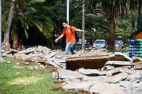 2012.08.02 - Calçadas do Parque do ibirapuera na  zona sul de São Paulo, passam por obras de revitalização, na tarde desta quinta-feira(02),  as calçadas são vitsta com entulho. (Fotos: Amauri Nehn/Brazil Photo Press)
