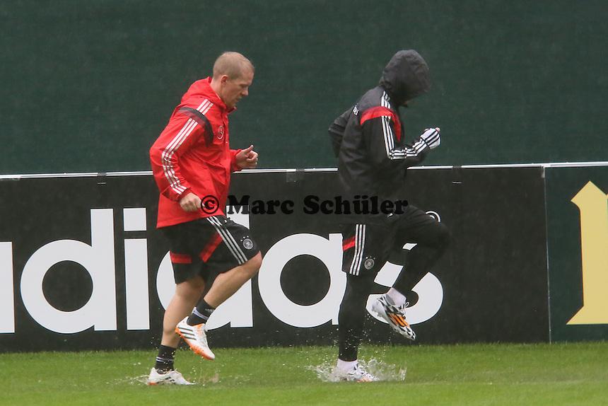 Lauftraining Bastian Schweinsteiger im strömenden Regen - Training der Deutschen Nationalmannschaft  zur WM-Vorbereitung in St. Martin