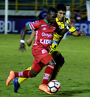 TUNJA  - COLOMBIA - 30 - 05 - 2017: Carlos Mosquera (Der.) jugador de Patriotas F. C. disputa el balon con Kevin Medel (Der.) jugador de Everton, durante partido de vuelta entre Patriotas F. C. de Colombia y Everton of Chile, de la primera fase, llave 5 por la Copa Conmebol Sudamericana en el estadio La Independencia de la ciudad de Tunja. / Carlos Mosquera (L) player of Patriotas F. C. vies for the ball with Kevin Medel (R) player of Everton of Chile, during a match of the second leg of the first phase key 5 of between Patriotas F. C. of Colombia and Everton of Chile, for the Conmebol Sudamericana Cup 2017 at the La Libertad stadium in the city of Tunja. Photo: VizzorImage / Jose M. Palencia / Cont.