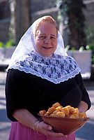 Spanien, Balearen, Mallorca, Sa Granja: Mallorquinerin mit Spritzkuchen | Spain, Balearic Islands, Mallorca, Sa Granja: Mallorqu. lady with pastry