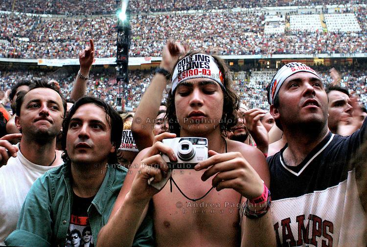 Milano, stadio San Siro, fan al concerto dei Rolling Stones.