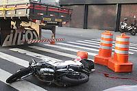 SAO PAULO, SP, 07/07/2012, ACIDENTE FATAL.  Na madrugada desse Sabado mais um acidente envolvendo motocicleta culminou com a morte do garupa. O fato ocorreu na Av. dos Bandeirantes, um veiculo esbarrou na motocicleta, o condutor perdeu o equlibrio e bateu contra a traseira do caminhao, resultando na morte do garupa.  Luiz Guarnieri/ Brazil Photo Press.