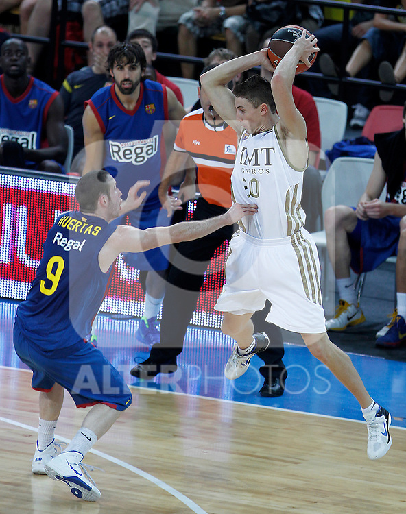 FC Barcelona Regal's Marcelinho Huertas (l) and Real Madrid's Jaycee Carroll during Supercopa ACB Semifinal match.September 30,2011. (ALTERPHOTOS/Acero)