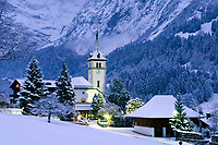 CHE, Schweiz, Kanton Bern, Berner Oberland, Grindelwald mit Dorfkirche an einem Winterabend | CHE, Switzerland, Bern Canton, Bernese Oberland, Grindelwald with church on a winter evening