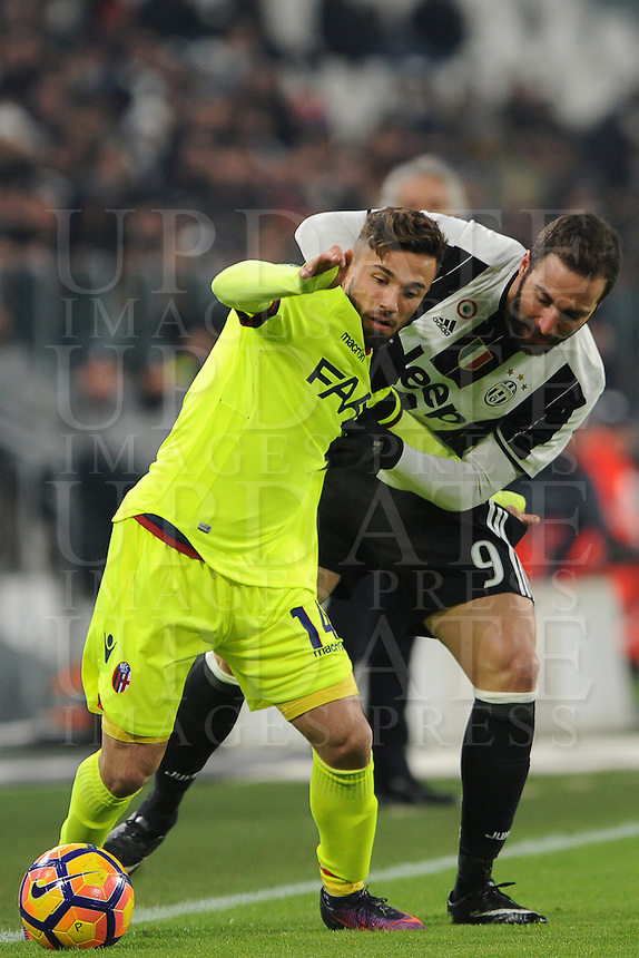 Calcio, Serie A: Juventus vs Bologna. Torino, Juventus Stadium, 8 gennaio 2017.<br /> Bologna's Federico Di Francesco, left, is challenged by Juventus' Gonzalo Higuain during the Italian Serie A football match between Juventus and Bologna at Turin's Juventus Stadium, 8 January 2017. Juventus won 3-0.<br /> UPDATE IMAGES PRESS/Manuela Viganti