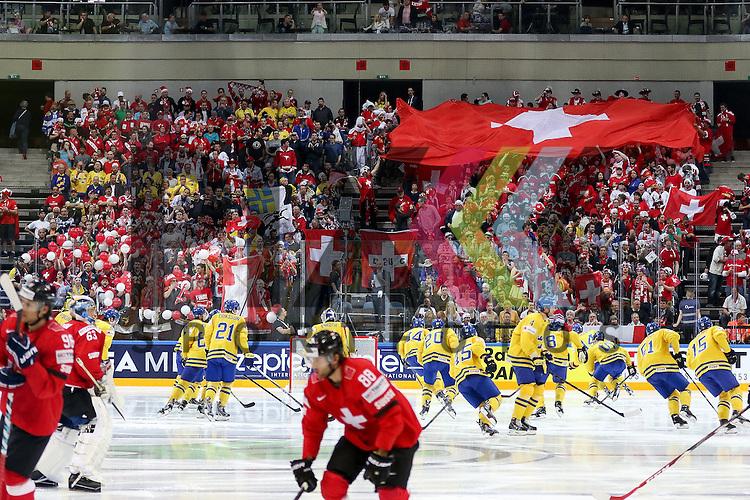 Die Schweizer Fans  im Spiel IIHF WC15 Schweiz vs. Schweden.<br /> <br /> Foto &copy; P-I-X.org *** Foto ist honorarpflichtig! *** Auf Anfrage in hoeherer Qualitaet/Aufloesung. Belegexemplar erbeten. Veroeffentlichung ausschliesslich fuer journalistisch-publizistische Zwecke. For editorial use only.