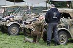 """Foto: VidiPhoto<br /> <br /> OOSTERBEEK – Honderden hobbyïsten en reënacters uit heel Europa slaan vrijdag hun legertenten op en parkeren hun voertuigen op een nagebouwd militair kamp in Oosterbeek. De dorpen in de buurt krijgen dan alvast een voorproefje van de enorme colonne militaire voertuigen -meer dan 500- die zaterdag meedoen aan Race to the Bridge, de jaarlijkse rijdende herdenking van van de mislukte Slag om Arnhem in 1944. Het oude legermaterieel, gebruikt door Airborne militairen in 1944 en de Duitse bezetter, rijdt dan via Oosterbeek naar de John Frost-brug in Arhem (""""een brug te ver"""") en weer terug, waar ze worden opgewachten door duizenden enthousiaste toeschouwers. Vanwege de enorme hoeveelheid militair materieel wordt de tocht ook wel Klein Normandië genoemd. Tijdens de Race to the Bridge showen de eigenaren van het rijdende materiaal hun authentieke voertuig en uniformen. Vrijdag werd met een vijftigtal originele jeeps, motoren en Duitse kübels alvast een tocht gemaakt over routes die de Airbornes ook liepen en reden om de brug bij Arnhem proberen te veroveren."""