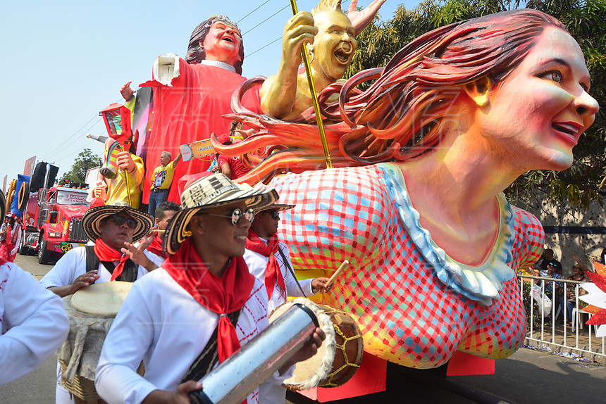 BARRANQUILLA - COLOMBIA, 02-03-2019: Una carroza con músicos animan la fiesta durante el desfile Batalla de Flores del Carnaval de Barranquilla 2019, patrimonio inmaterial de la humanidad, que se lleva a cabo entre el 2 y el 5 de marzo de 2019 en la ciudad de Barranquilla. / A float with musicians cheer the party during the Batalla de las Flores as part of the Barranquilla Carnival 2019, intangible heritage of mankind, that be held between March 2 to 5, 2019, at Barranquilla city. Photo: VizzorImage / Alfonso Cervantes / Cont.