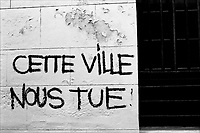 "Graffiti sur un mur de St Michel ""cette ville nous tue"".<br /> <br /> Graffiti on a wall in St Michel <br /> ""this city is killing us""."