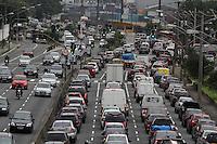 SÃO PAULO, SP, 13/02/2012, TRANSITO AV. RADIAL LESTE.<br /> Transito pesado na Av. Radial Leste sentido do centro na manhã de hoje (13).<br /> FOTO: LUIZ GUARNIERI - NEWS FREE.