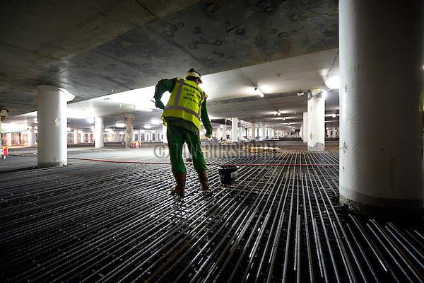 UTRECHT - In het centrum van Vredenburg is BAM Nieuwbouw Hoog Catharijne onder de 15 meter diepe bouwput voor parkeergarage Vredenburg begonnen met het uitgraven en bouwen van een drielaags parkeergarage. Met een magneet aan een stok haalt een bouwvakker de restjes staaldraad weg om het beton na de stort niet te verontreinigen. Het door OeverZaaijer architectuur en stedebouw in opdracht van Corio ontworpen complex wordt 35.000 m2 groot en moet ruimte gaan bieden aan 1.300 parkeerplaatsen. De vijflaags parkeergarage moet in 2019 klaar zijn. BAM Nieuwbouw Hoog Catharijne bestaat uit BAM Utiliteitsbouw en BAM Civiel. COPYRIGHT TON BORSBOOM