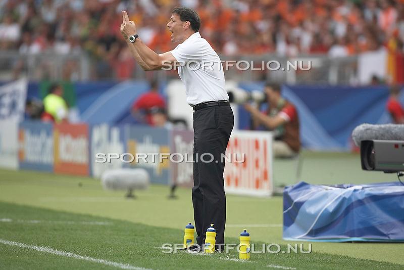 Duitsland, Stuttgart, 16 juni 2006. .WK voetbal 2006 .Groep C .Nederland-Ivoorkust (2-1). .Marco van Basten, trainer-coach van Nederland geeft aanwijzingen aan zijn spelers.