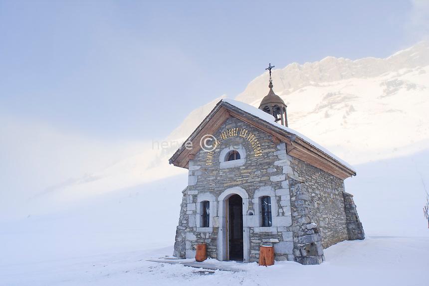 France, Haute-Savoie (74), col des Aravis à 1486 m sous la neige, la chapelle Saint-Anne // France, Haute Savoie, Pass of Aravis at 1486 m under the snow, the chapel St Anne